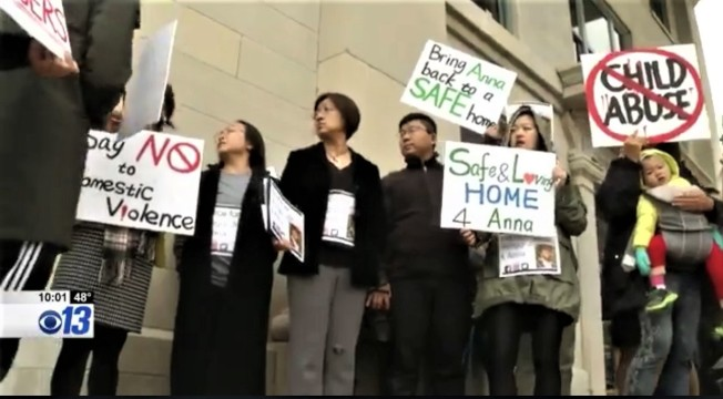 許多華人自發性在法院前集合發聲,希望法官將女嬰判給紀夢奇父母。(KRCG電視台視頻截圖)