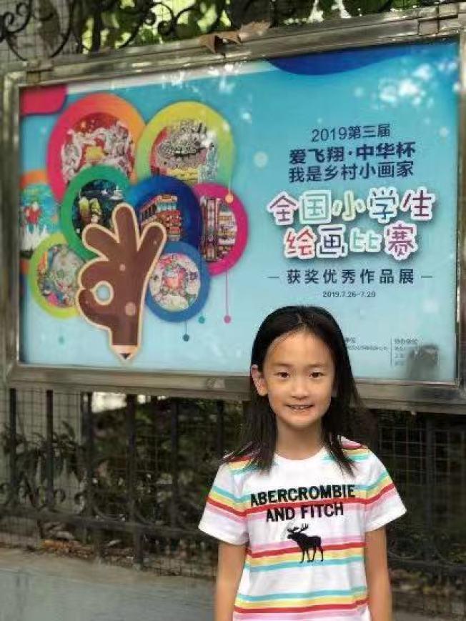 華夏奔騰中文學校小畫家孫思美同學在上海參加畫展開幕式。(華夏中文總校提供)