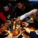 河南婚宴豬肘子剛上桌就搶光 大叔:半年沒吃豬肉了