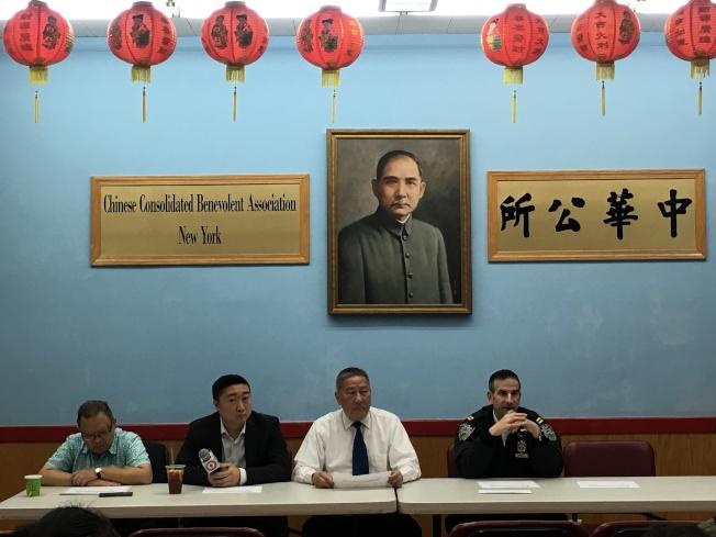 五分局召開11月警民會,右一為張保羅,右二為中華公所主席伍銳賢。(記者張晨/攝影)
