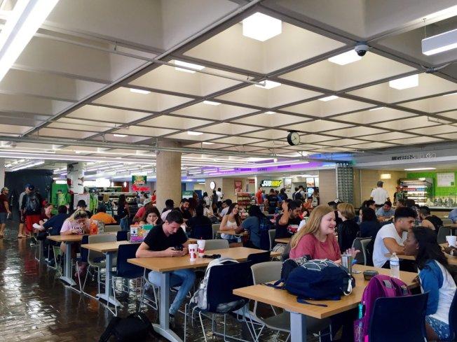 瑞銀(UBS)調查顯示,愈來愈多的人去購物中心只是想在美食廣場吃飯,而不是購物。( 取自推特)