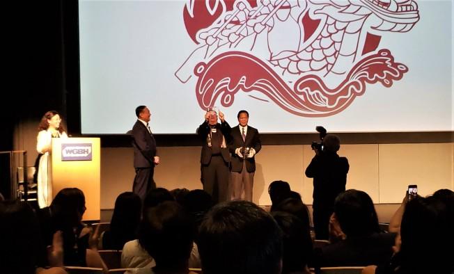 波士頓龍舟節長期義工Peter Murray(左三)、Peter Ng(左四)等接受大會表揚。(記者唐嘉麗/攝影)