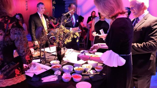 慶祝龍舟節40周年晚會中有餐點、無聲拍賣、參觀電台、舞會、抽獎等活動。(記者唐嘉麗/攝影)