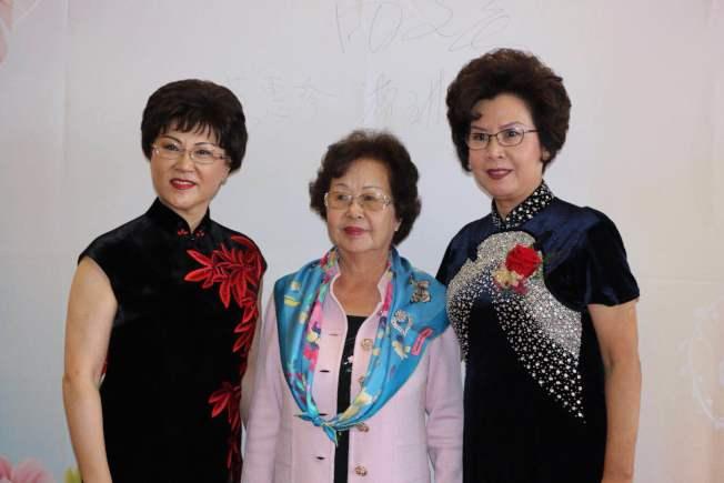 美國華人婦女聯合會會長田紋瑛(左起),創會會長黃惠珍,第二任會長曹琳。(曹琳提供)