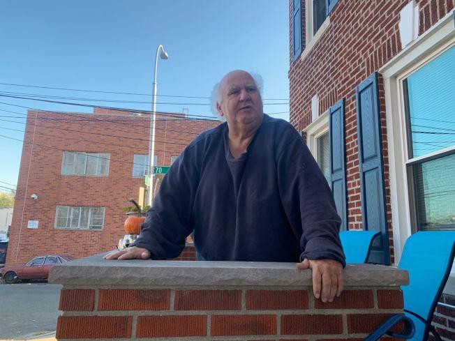 鄰居帕塔諾表示,陳冰暖是個好人,附近鄰居都為他積攢可回收的空瓶。(記者牟蘭/攝影)