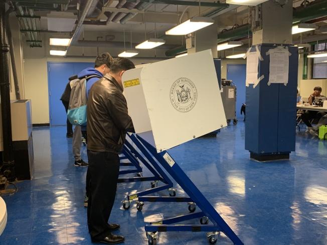 紐約市議員顧雅明在法拉盛布蘭德屋投票。(本報記者/攝影)