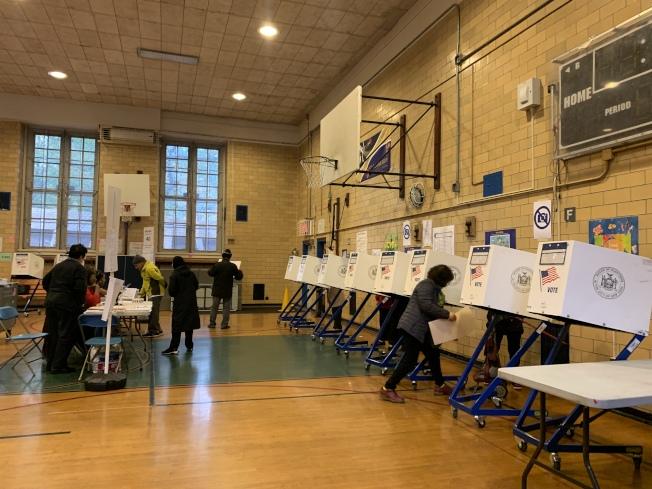 法拉盛站務人員表示,「提前投票」機制有利提升整體投票率,讓更多民眾參與政治。(本報記者/攝影)