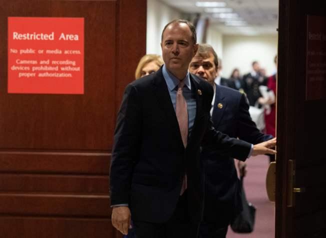 美國駐烏克蘭代理大使泰勒在閉門聽證表示,知道川普與烏克蘭官方有利益交換事實。圖為眾院情報委員會主席謝安達走出閉門聽證議場。(Getty Images)