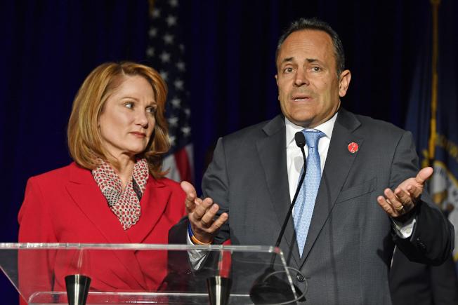 由於得票差距太小,競選連任失敗的肯塔基州長貝文拒絕認輸,圖為開票當晚貝文與妻子告訴支持者,他將要求驗票。(美聯社)