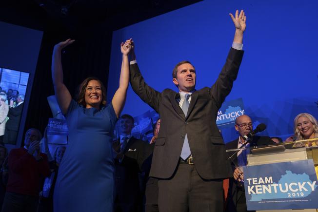 肯塔基州州長之爭,民主黨候選人貝希爾(右)擊敗現任州長後,和副手搭檔柯曼舉手慶祝勝利。(美聯社)  上左
