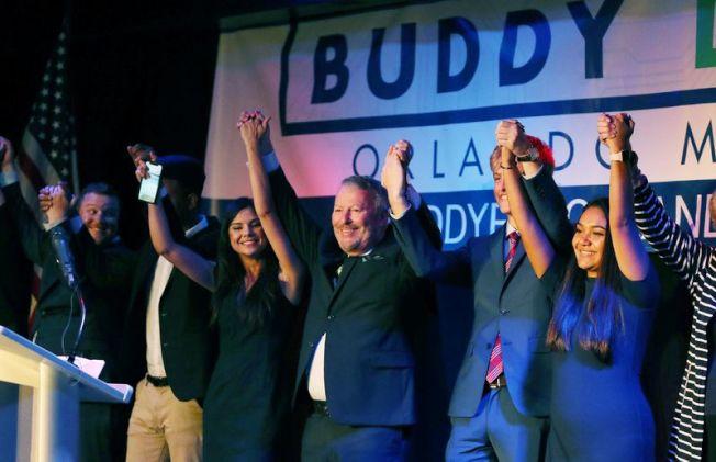 奧蘭多現任市長戴爾(右三)連任成功,將成為奧蘭多任期最長的市長,圖為勝選慶祝會中歡呼。(截自視頻)