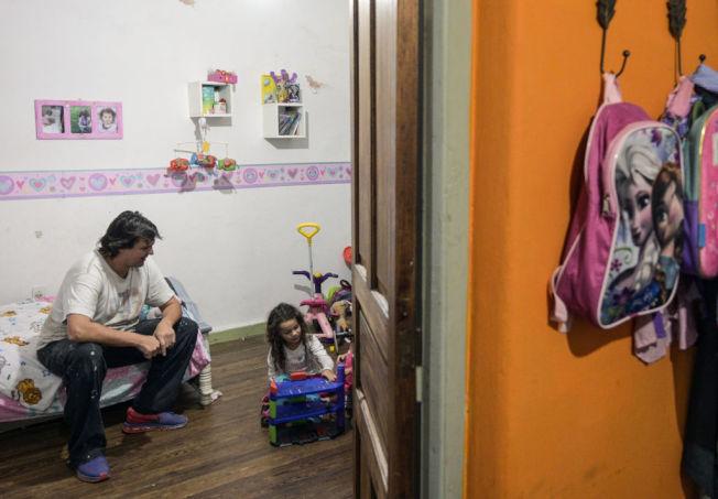 為經濟掙扎的民眾,家計壓力大。 (Getty Images)