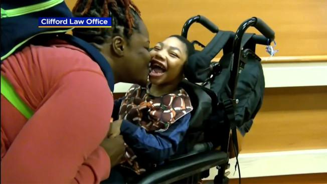 伊利諾州陪審團裁定,芝加哥地區一家醫院必須賠償一名嚴重腦損傷5歲男孩的母親史諾1億100萬元。圖為史諾親吻腦傷兒子薩利斯。(CBS芝加哥地方電視台截圖)