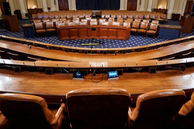 众院进行的弹劾调查,从下周起将从闭门听证走向公开听证,还有电视转播。图为公开听证的委员会议场。(路透)