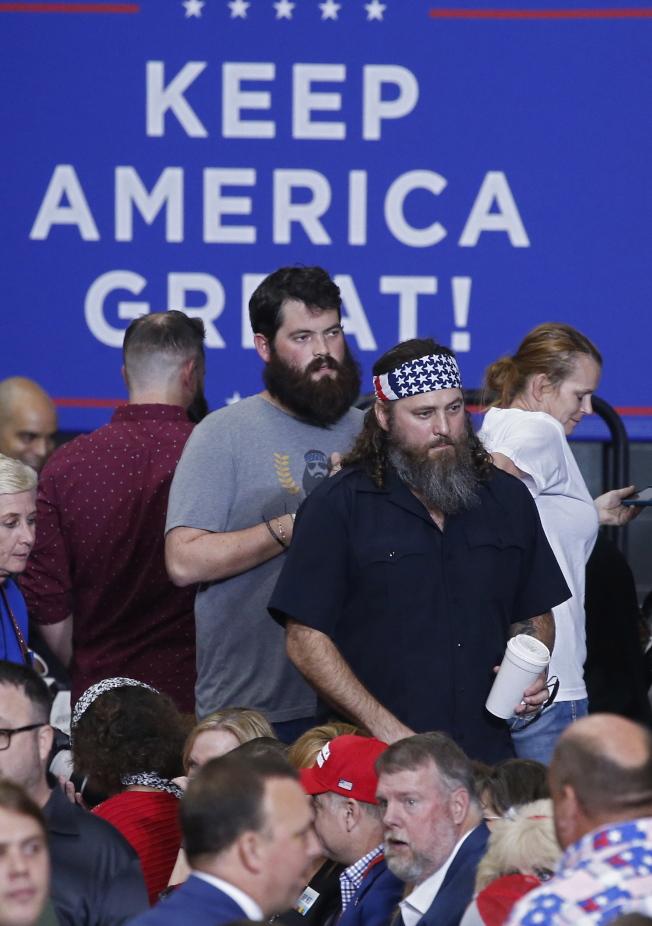 川普在投票翌日又踏上助選征程,圖為路易斯安納州川粉準備歡迎總統。(歐新社)