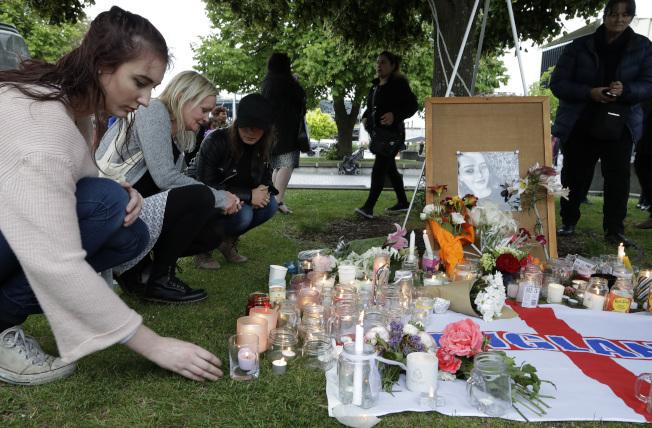 葛麗絲在紐西蘭與網友約會後,慘遭殺害棄屍,有民眾點燃蠟燭表達哀悼。(美聯社)