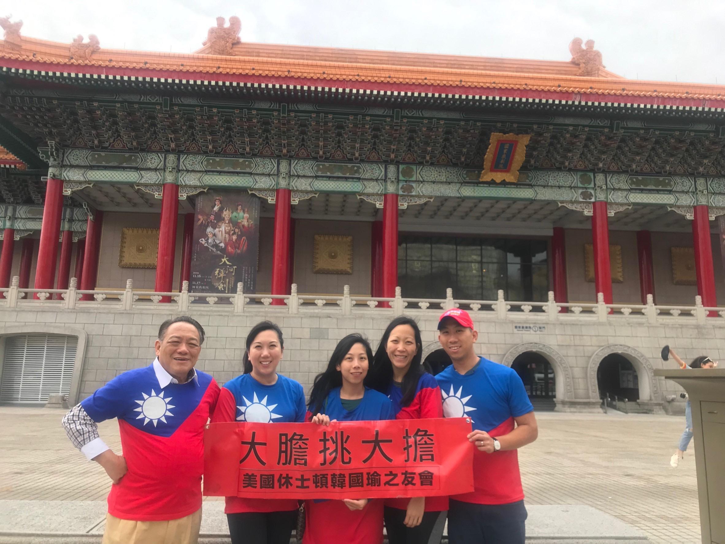 休士頓著名律師賴清陽(圖左)帶著四位傑出的兒女賴賢安(右起)、賴雅琪、頼雅嵐、、賴雅菲等在國家劇院前合影。(圖:賴李迎霞提供)