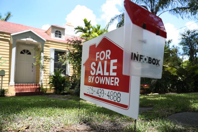 美國屋主在自家居住的時間比以前更長,或許能解釋為何房屋銷售低迷。(Getty Images)