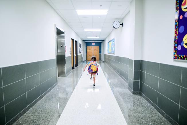 孩子有可能猝不及防地闖進家裡。(Pexels)