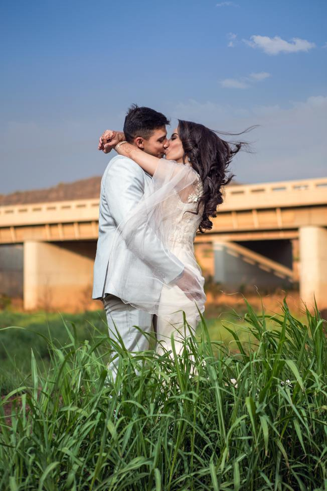 父母可以在孩子面前親吻、擁抱,表示夫妻間存在著肉體上的愛。(Pexels)