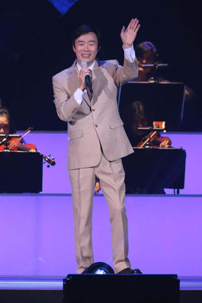 費玉清向台下粉絲揮手致意,正式告別歌壇。記者許正宏/攝影