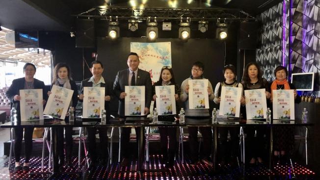 首屆「皇者之冠」全美歌唱大賽歡迎民眾參加,左五為朱雁影。(記者朱蕾/攝影)