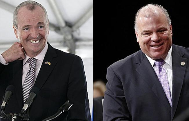 參議會主席斯威尼(右)諷刺州長墨菲(左)只會加稅。(美聯社)