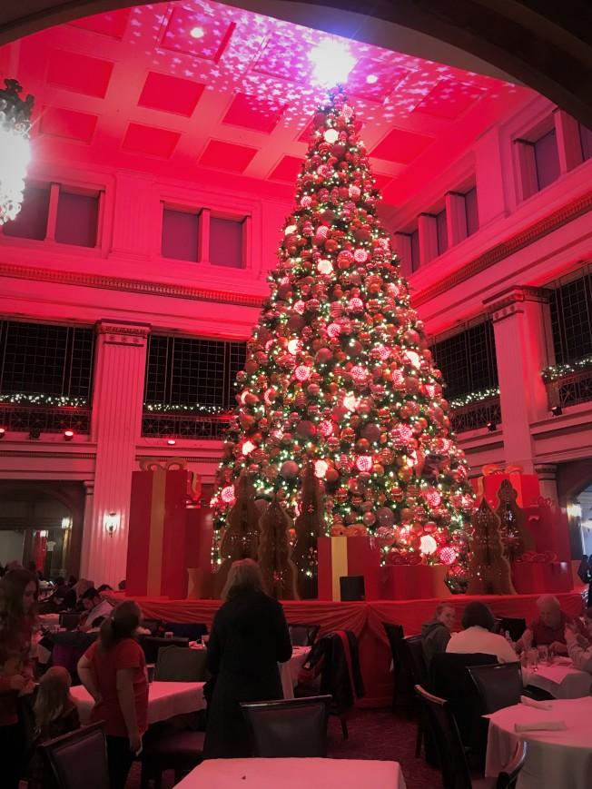 位於芝加哥州街(State St.)上的梅西百貨旗艦店,日前舉行了點亮聖誕樹儀式,45呎高的聖誕樹,掛上超過6600盞聖誕燈及2000多個聖誕掛飾,整棵樹還會不斷變化色彩,非常具有節日氣氛。圖:特派員黃惠玲