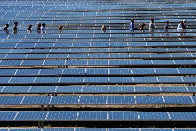 太陽能發電需要陽光,如果太陽不露臉,麻煩大了。(Getty Images)