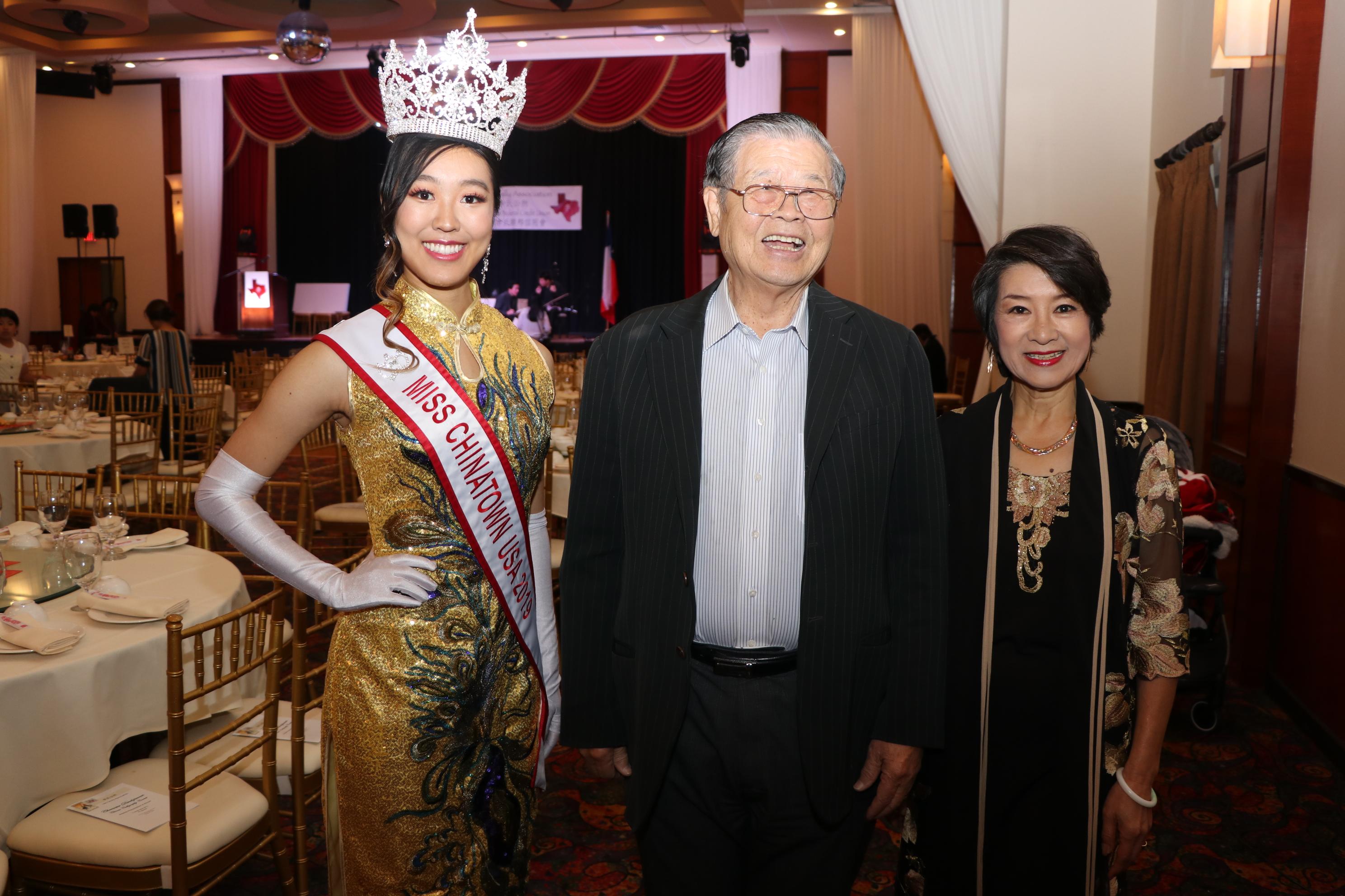 來自舊金山2019年的中國城小姐吳沛琳(左起)、美南銀行董事長李昭寬、台灣前知名演員皮梅化相見歡。