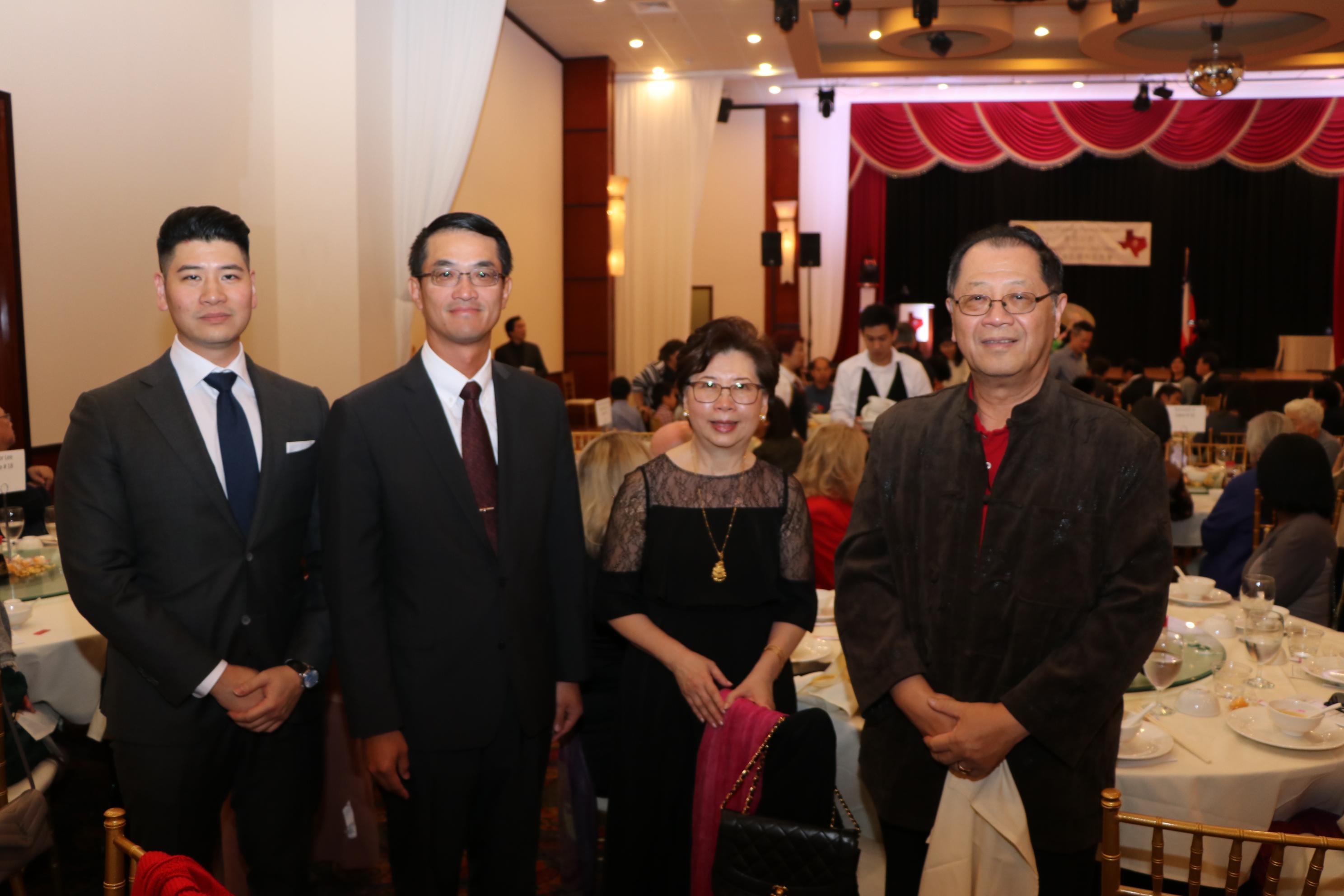 駐休士頓台北經文處處長陳家彥(左二)與李世威(左一)及其家人合影。
