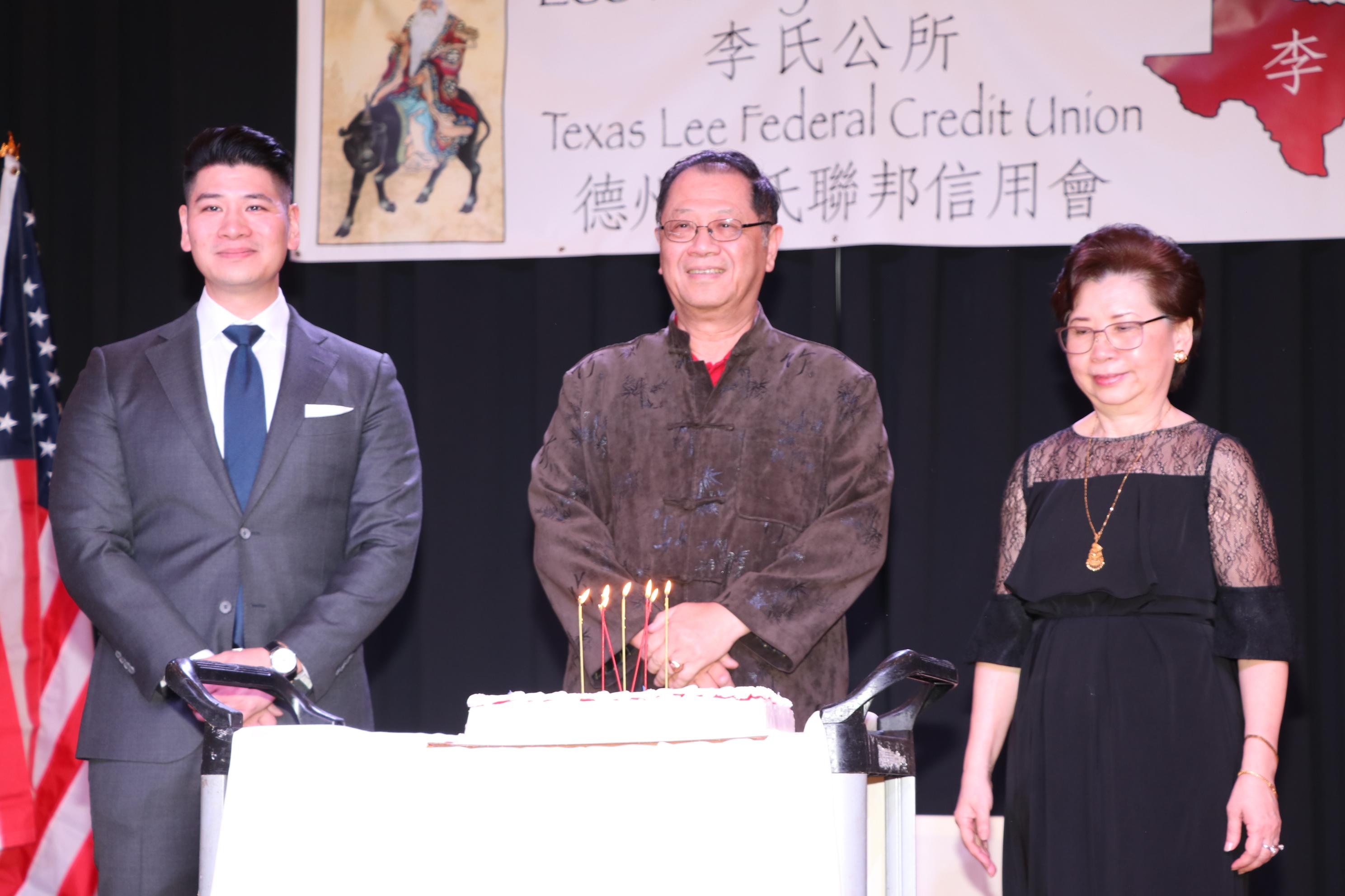 李世威(左)的父親世大建築師事務所負責人李兆瓊(中)適逢生日,接受全場來賓唱生日歌祝賀。
