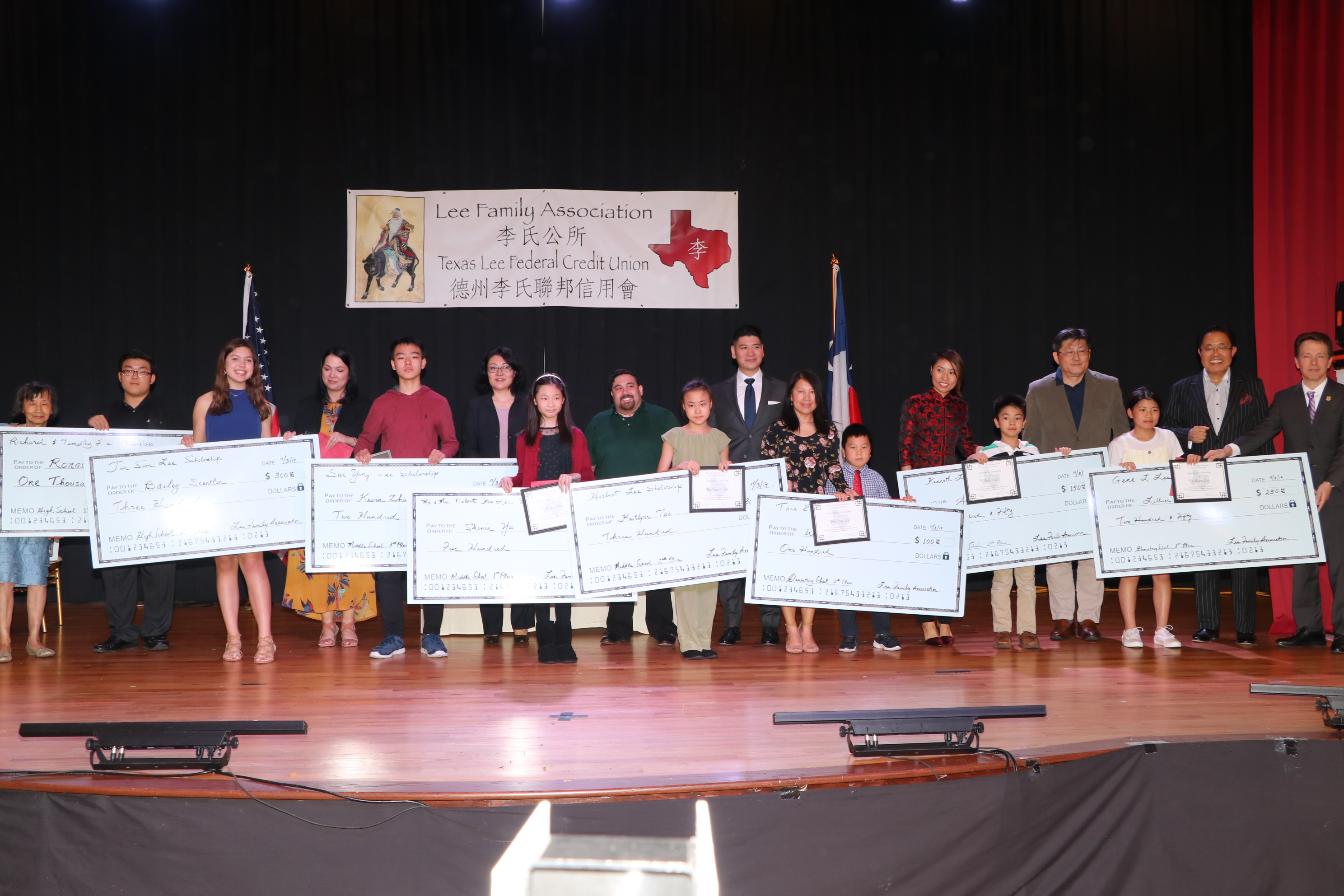 獎學金分小學、初中及高中,同學們在家長的陪同下上台領獎。