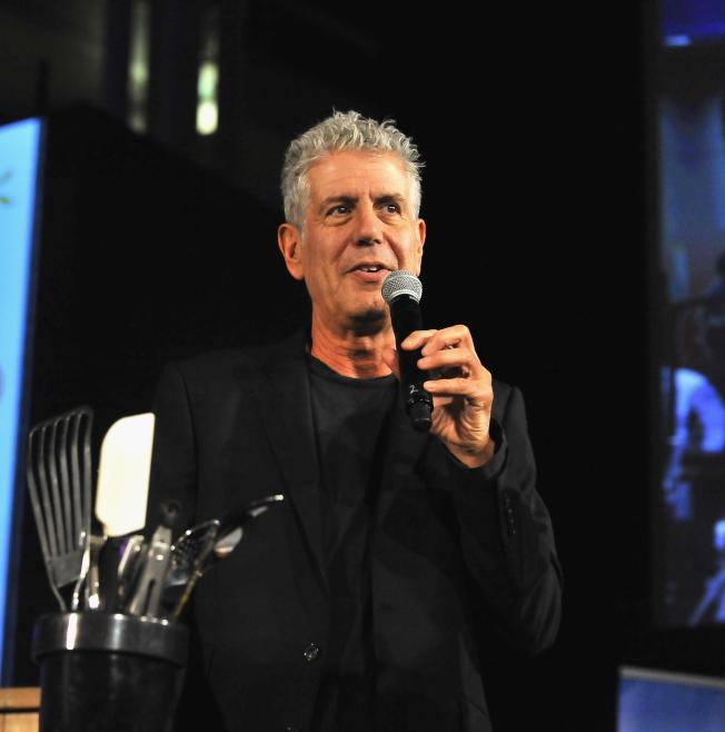 已故名廚兼電視名人波登的訂製廚刀,日前以高達23萬1250元的價錢售出。(Getty Images)