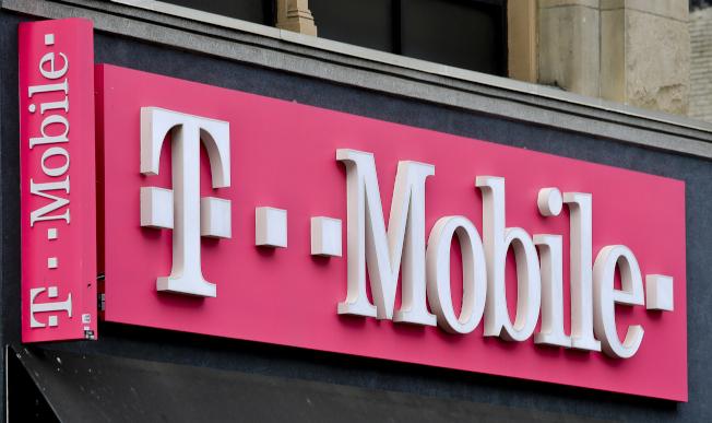 T-Mobile公司7日宣布,如果與Sprint合併計畫獲准進行,公司將推出每月2GB高速流量的手機計畫,月費僅15元。(美聯社)