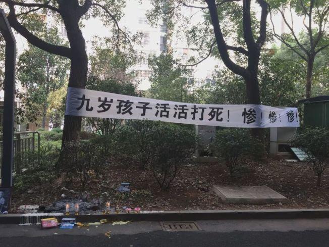 7日,在男童遇害的地方,有好心市民點上蠟燭、獻上鮮花紀念。(取材自今日女報)