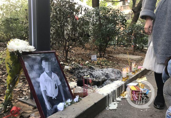 事發現場,有鄰居自發悼念。(取材自上游新聞)