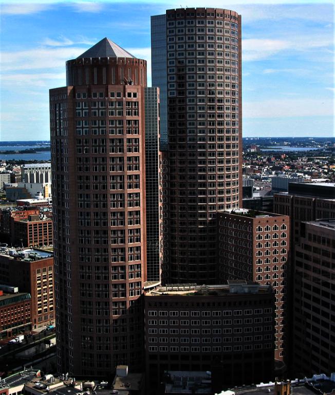 600呎的 One International Place 是1987年完工的波士頓第七高摩天大廈。(取自維基百科)