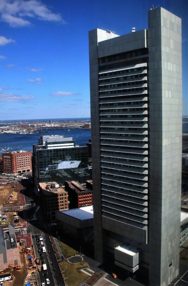 1977建的聯邦儲蓄銀行大樓有下層中空的設計,高度排行第五。(取自維基百科)