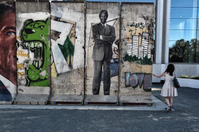 圖為洛杉磯「奇蹟一英里」上展示的柏林圍牆。(美聯社)