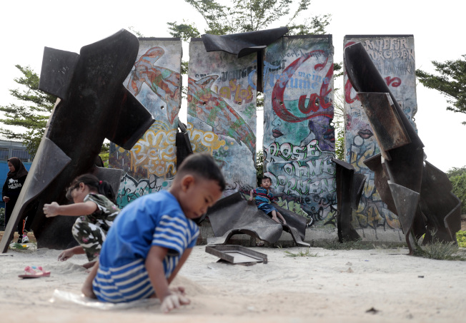 拆下的柏林圍牆當時贈送給多個國家和城市,紀念這段歷史。圖為印尼雅加達展示的柏林圍牆。(美聯社)