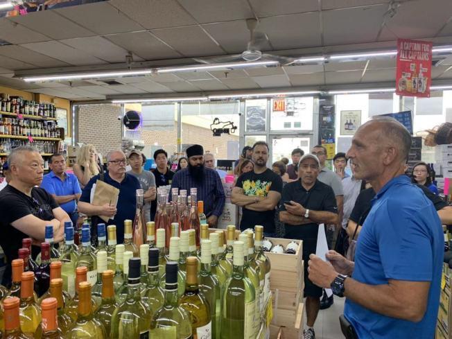 Total Wine & More預計在白石快速道路30-02號開設分店,引發當地酒莊業者反對;圖為日前酒莊老闆齊聚抗議。(記者牟蘭/攝影)
