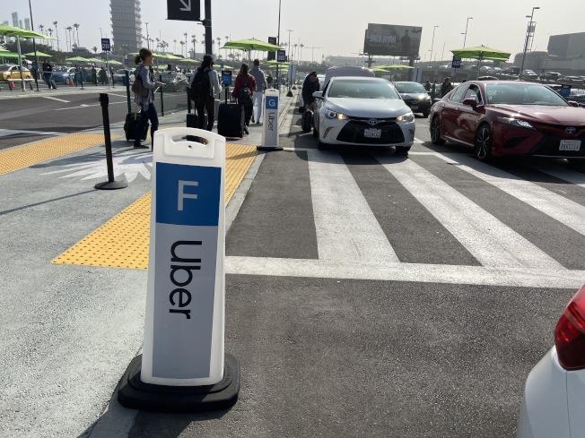 在手機上預約網約車時,旅客會得到一串數字驗證碼,取得驗證碼後,排隊上車。(記者謝雨珊/攝影)