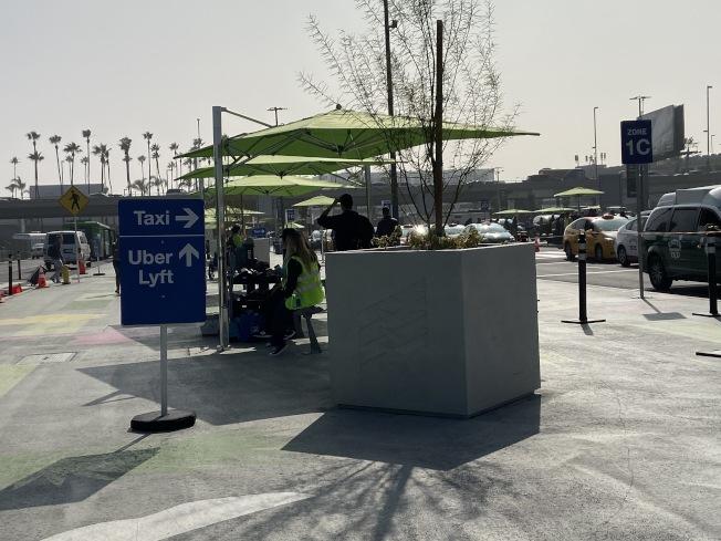 親友接送機仍可直接開到機場各航廈。只有抵達機場後,叫網約車的民眾,才需要搭乘LAX-it接駁車到專屬接送區上車。(記者謝雨珊/攝影)