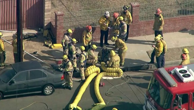 消防員伸進通氣管營救受困男子。(KTLA電視台)