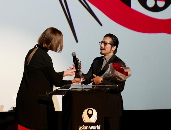 日裔影星真田廣之(右)上台領獎。(記者陳開/攝影)