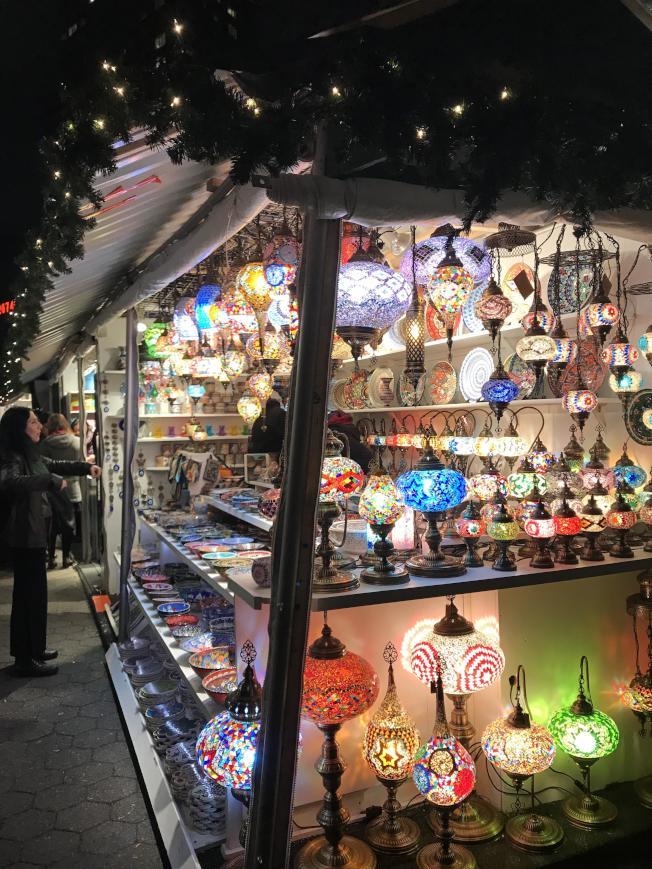 布萊恩公園冬季市集有超過170個攤商,販售各種滿節慶氣息的商品。(記者邵冰如/攝影)