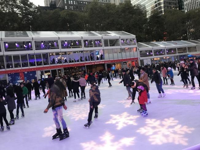 布萊恩公園冬季市集把大草地改造成為占地1萬7000平方呎的大型溜冰場。(記者邵冰如/攝影)