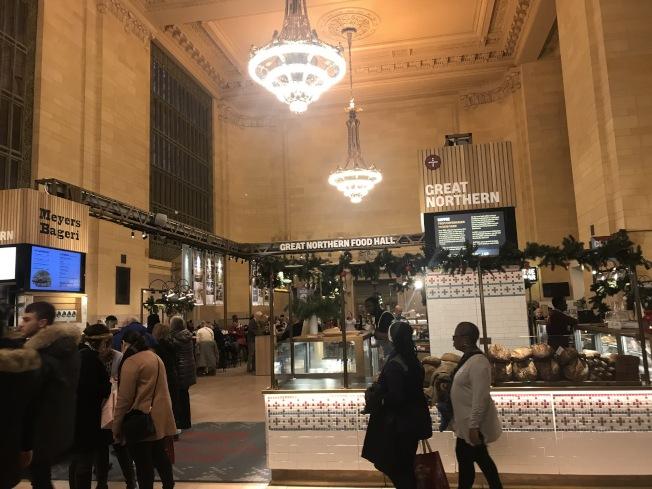 大中央車站假日商展集結40家商家,讓民眾在溫暖的室內購物。(記者邵冰如/攝影)