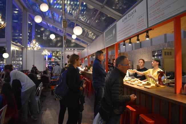 「冬季小屋」集結紐約經典和最新的餐廳,更有販售酒精飲料、熱可可。(記者顏嘉瑩/攝影)